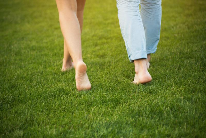 Marcher pieds nus dans l'herbe réduirait les inflammations de notre corps